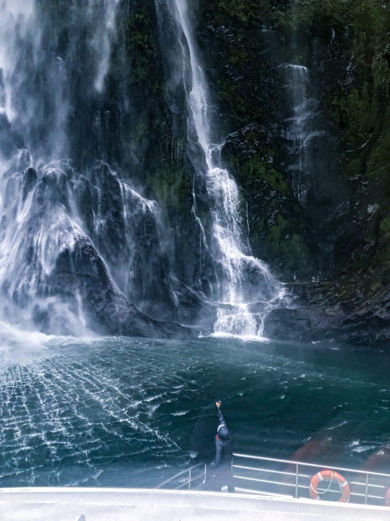 Thomas im Milford Sound Wasserfall
